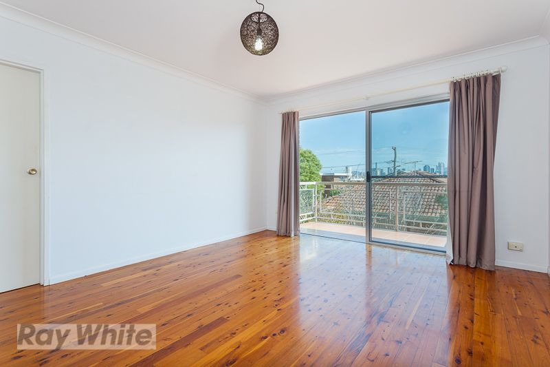 CITY VIEWS FROM YOUR LIVING ROOM! - Coorparoo