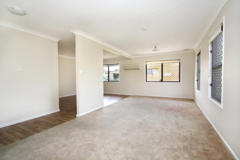 Large Immaculate & Spacious - Aircondtioned - 2 Living rooms Inc Rumpas - Alfresco & Steel Shed - Walk To Rail! - Strathpine