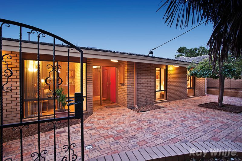 ENOURMOUS FAMILY POTENTIAL WITH SWIMMING POOL - Mulgrave
