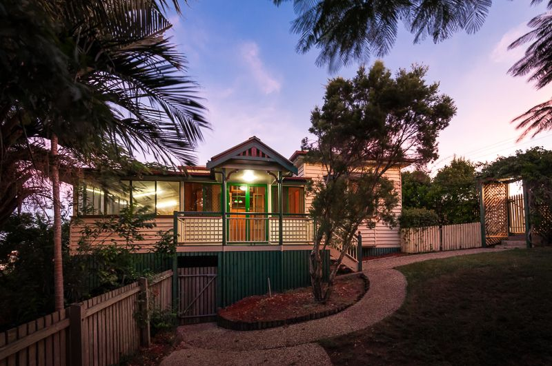 GRAND OLD QUEENSLANDER IN HILLTOP POSITION!  CBD LOCATION!  MUST SELL AT AUCTION! - Gladstone Central