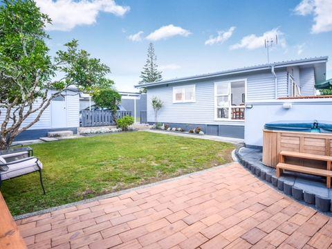 Te Atatu Peninsula, 74 Gloria Avenue
